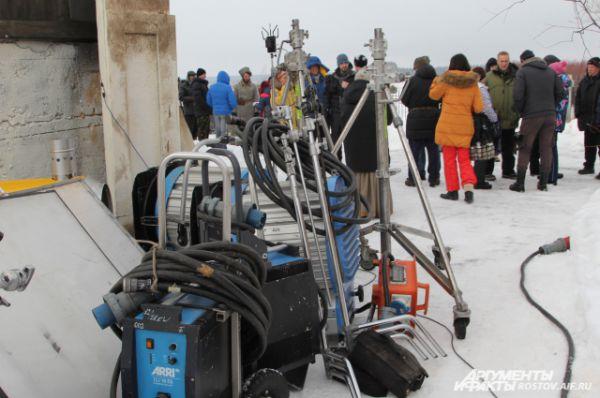 На площадке актёрам помогают около 70 человек обслуживающего персонала.