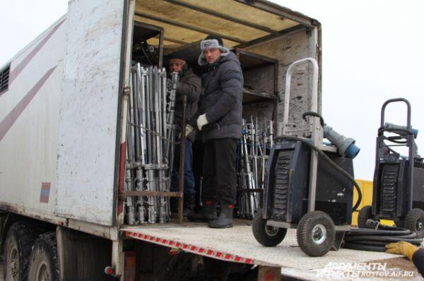 Из Москвы приехало несколько грузовиков с техникой.