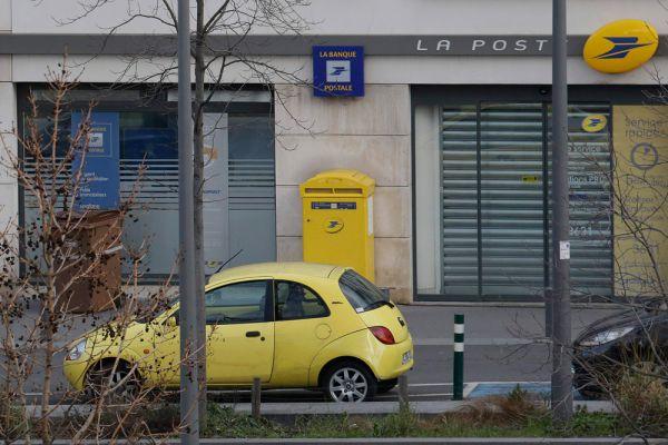В пригороде Парижа в почтовом офисе освобождены заложники, о пленении которых сообщалось ранее в Twitter агентства AFP.