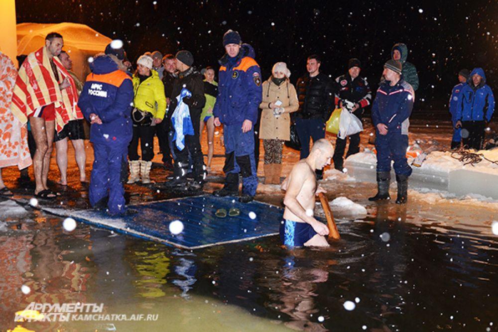 Всего на водоемах дежурили около 70 спасателей.
