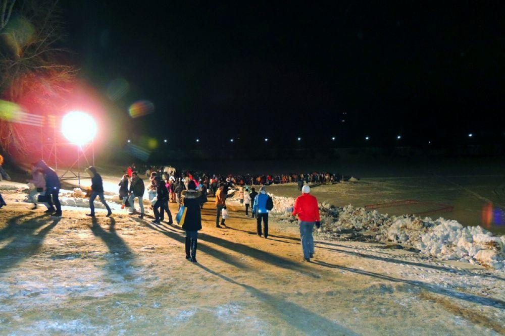 На Гребном канале уже к полуночи собралось много желающих окунуться в иордань.