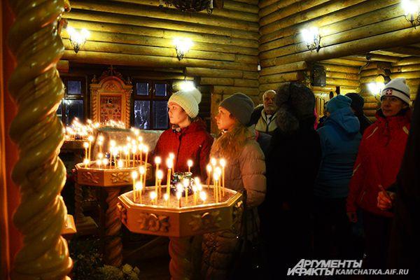 В самой церкви желающие покупали святую воду и ставили свечки.