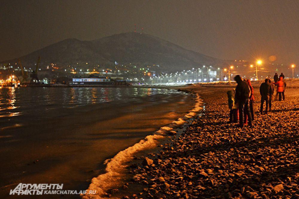Ближе к полуночи горожане начали собираться и на Авачинской бухте.