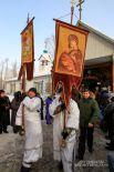 После молебна из храма выносят хоругви
