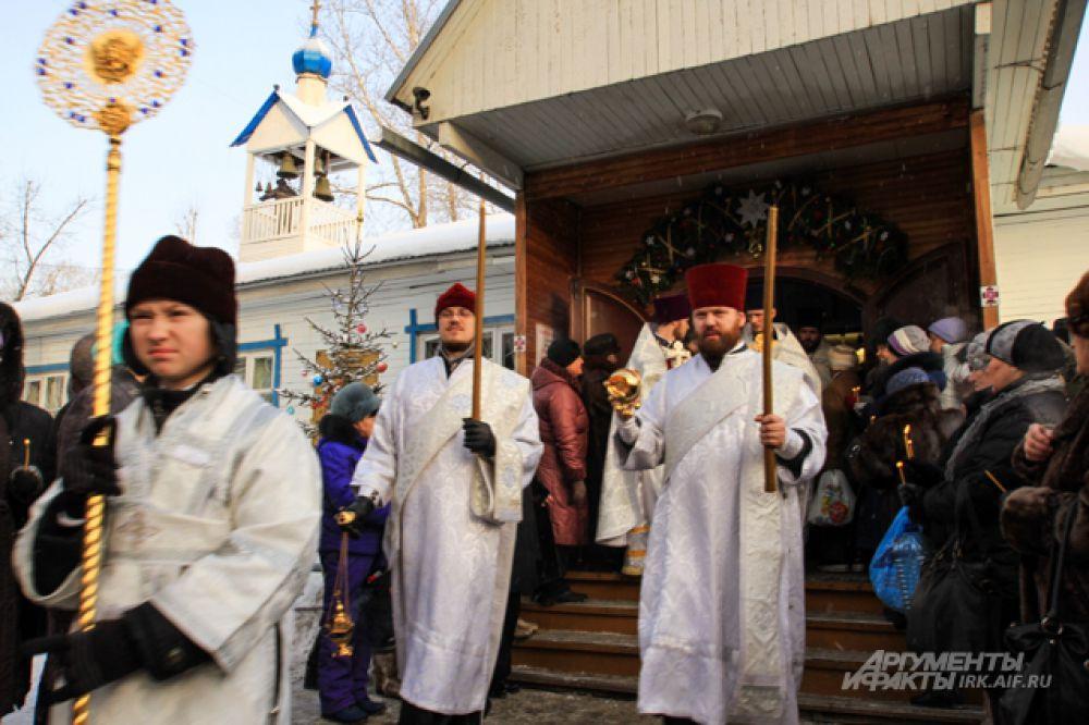 А затем духовенство в сопровождении верующих выдвигается в сторону иордани.