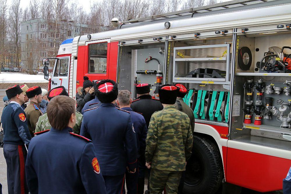 Чтобы быстро тушить пожары, нужно знать, как и что устроено в пожарной машине.