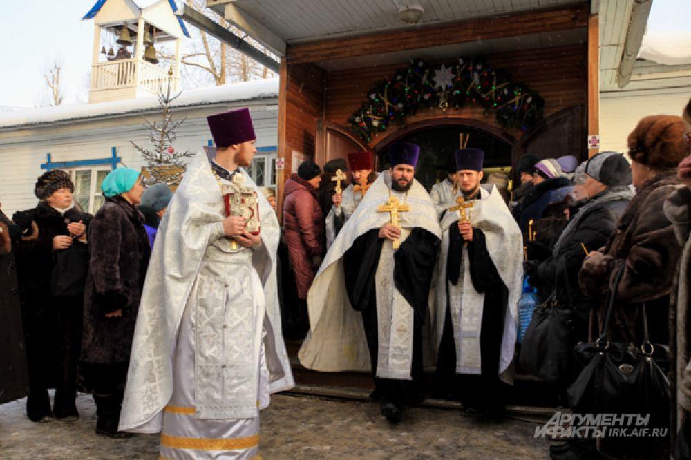 В руках у священниках главные символы веры.