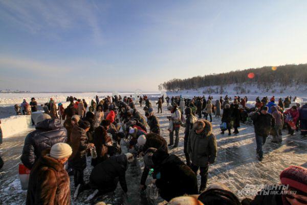 Скоро лед здесь станет совсем прозрачным. Его отполируют многочисленные посетители иордани.
