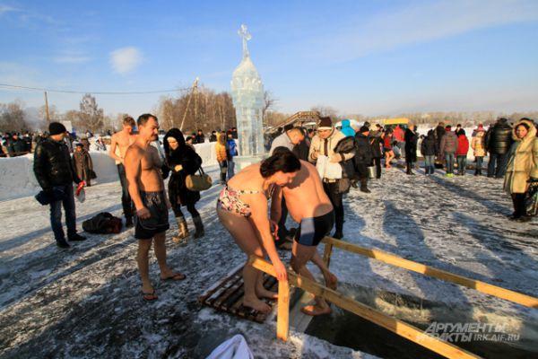 На льду иркутского водохранилища сегодня с самого утра людно.