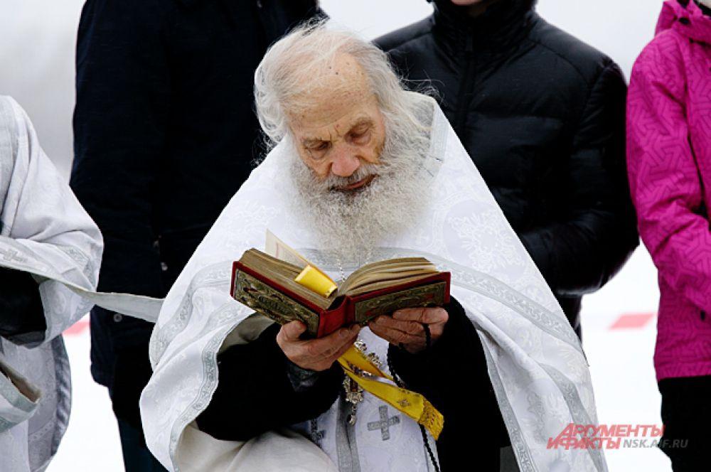 Перед купанием священник обязательно прочитал все молитвы и благословил всех присутствующих