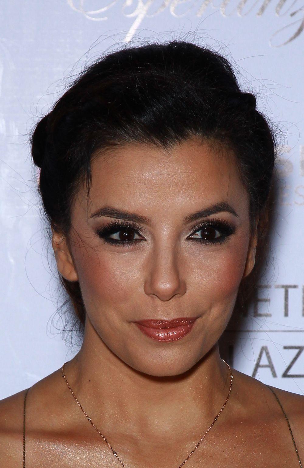 Ева Лонгория. Миндалевидную форму глазам можно придать, если сделать макияж глаз, как у Евы Лонгории. Не отказалась актриса и от накладных ресниц, которые придали взгляду открытость