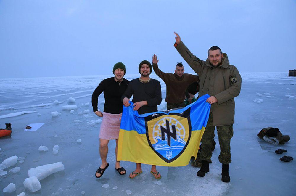 Бойцы полка «Азов» искупались на Крещение в Азовском море