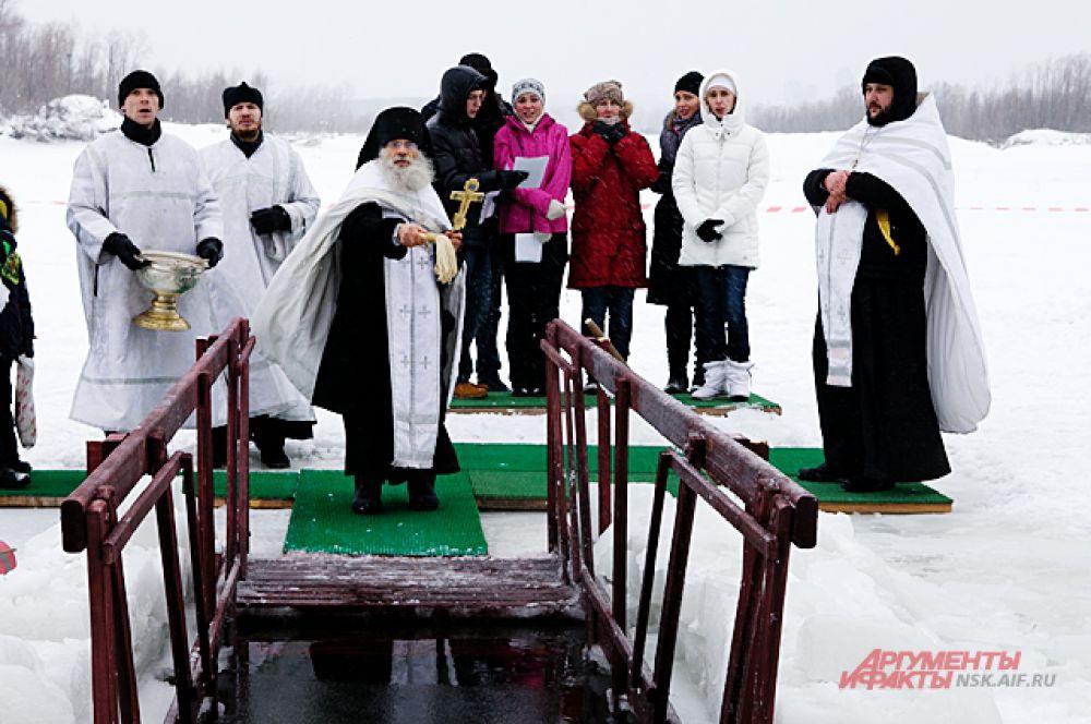 После молитвы, священнослужители приободрили всех православных словами, что после крещенских купаний никто не болеет