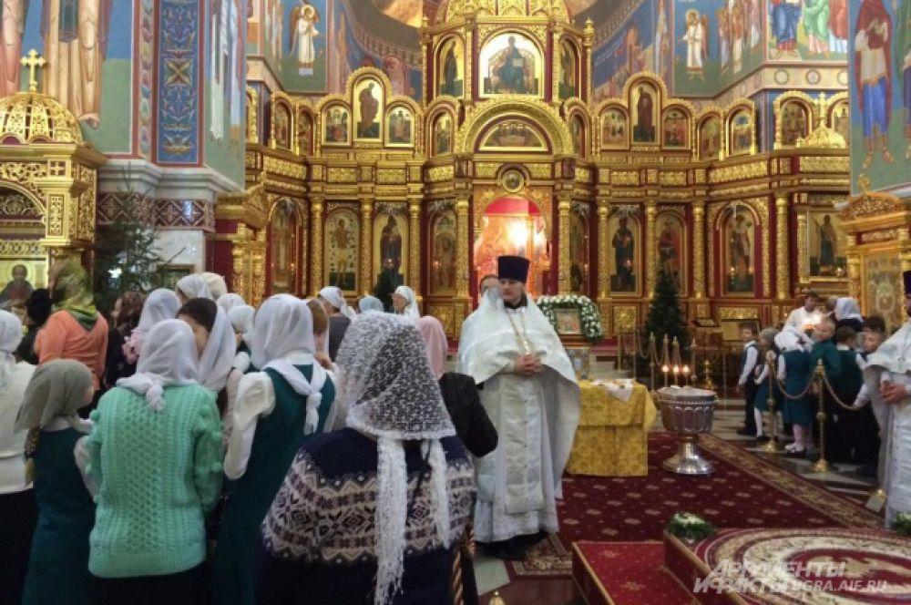В Храме Воскресения Христова с самого утра многолюдно. С 8 утра началась Божественная литургия.