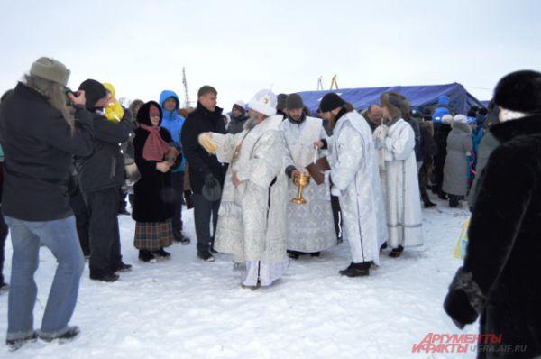 Епископ Павел после освящения иорданей окропил прихожан святой водой.
