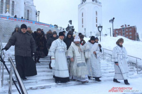 В 11:00 от Храма стартовала процессия – Крестный ход во главе с Епископом Павлом.