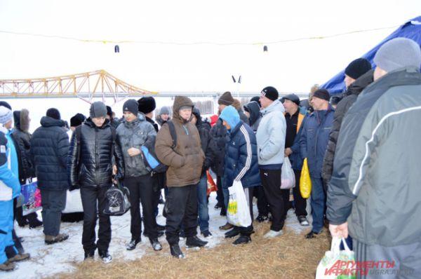 Температура воздуха в Ханты-Мансийске сегодня не опускается ниже -4 градусов, поэтому и желающих искупаться больше чем обычно.