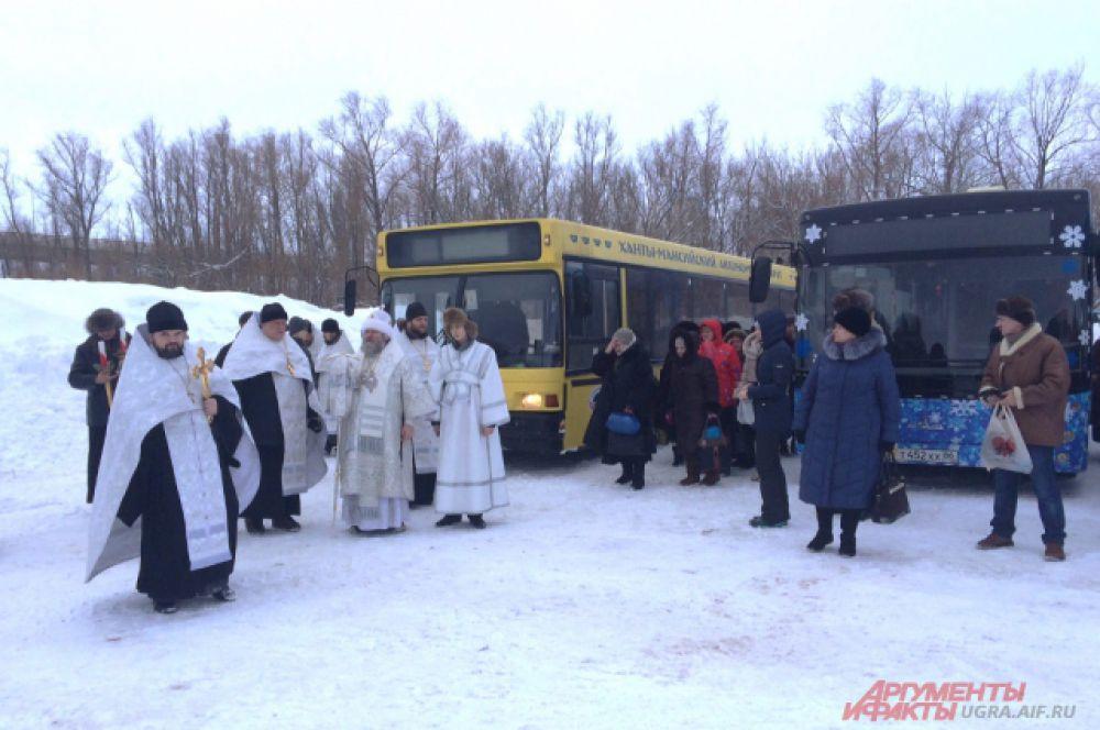 Специально для прихожан были организованы автобусы. На них желающие могли поехать на Иртыш и поучаствовать в освящении иорданей.