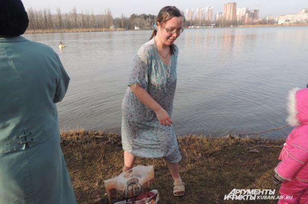 Пришли окунуться в освященной воде и люди с ограниченными возможностями здоровья.