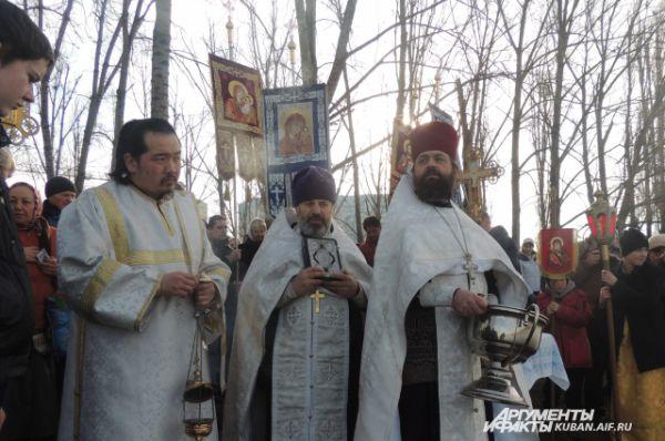 Отец Василий и другие служители церкви ожидают группу спасателей, чтобы начать окропление воды.