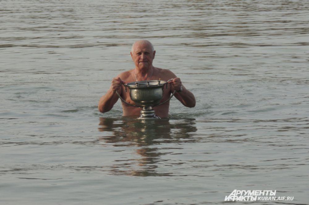 По просьбе отца Василия краснодарец отправляется с кубком за речной водой.