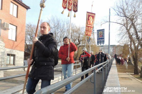 Крестный ход от Храма Святителя Николая Чудотворца идет к реке Кубань.