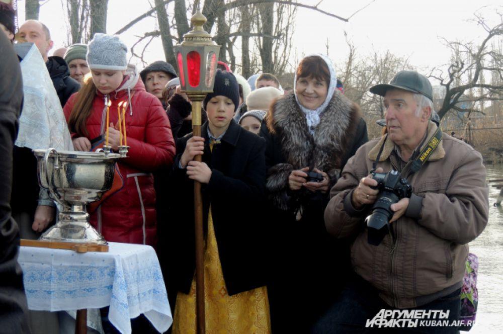 Верующие ожидают начала церковного обряда.