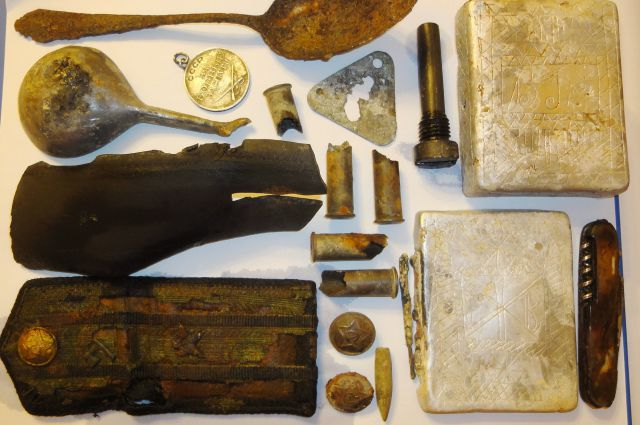 Вместе с останками поисковики обнаружили медали, детали от приборов химразведки, перочинный нож, карандаши и портсигар.