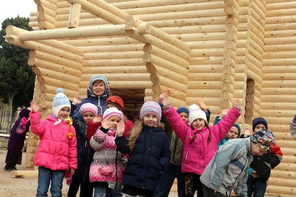 Внутренняя площадь строения около шестидесяти четырех квадратных метров.