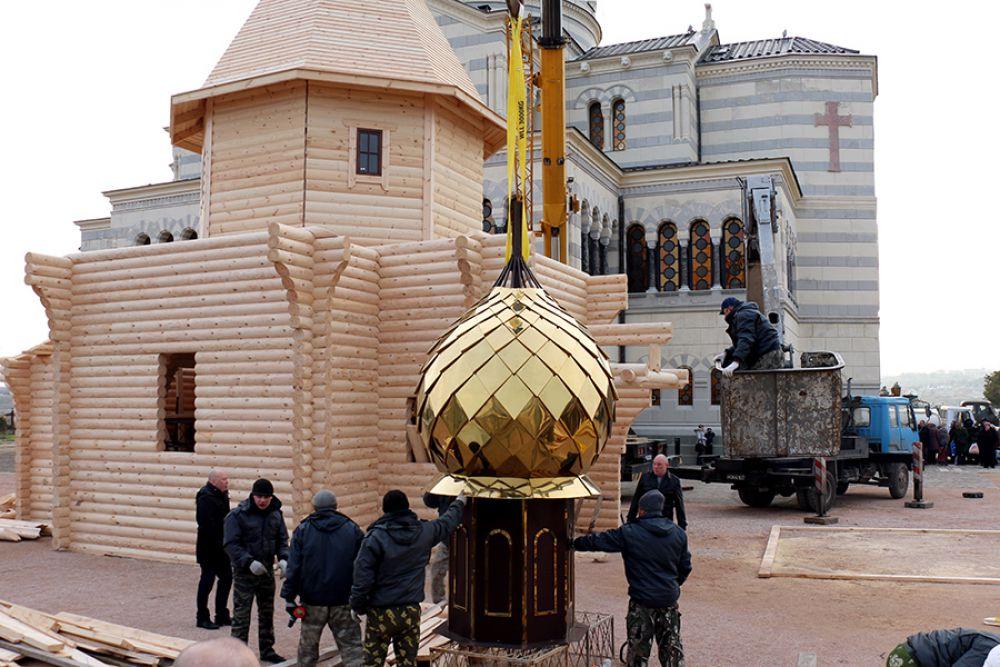 Купол Обыденного храма выполнен из нитрида титана, нанесенного на основание из нержавеющей стали.