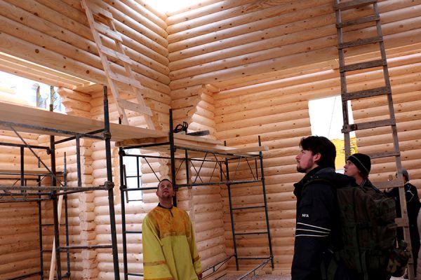 Для проведения съемок в Херсонесе художественного фильма «Креститель» кинорежиссера Владимира Бортко строители установят в Обыденном храме деревянные резные двери и окна, выполнят отделочные столярные работы.