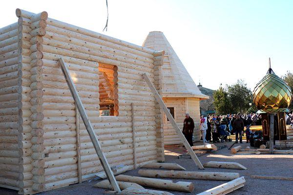 Материал для сборки стен изготовлен был в Кировской области из северного леса.