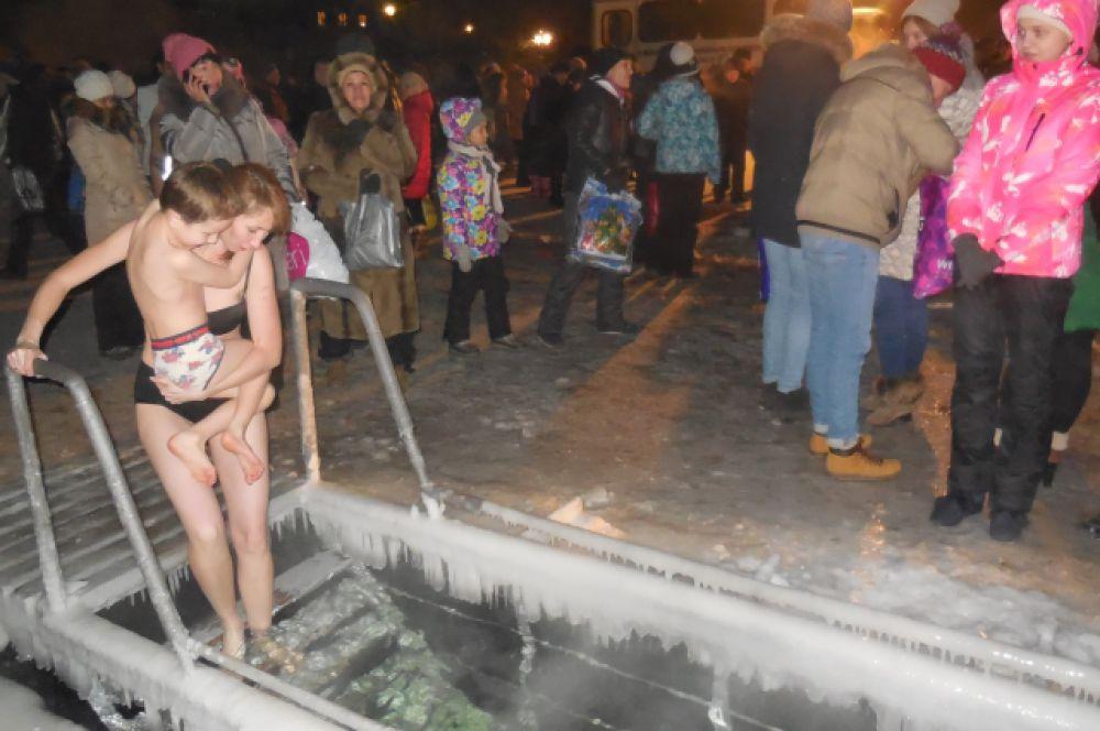 Некоторые взрослые взяли с собой на крещенские купания детей.