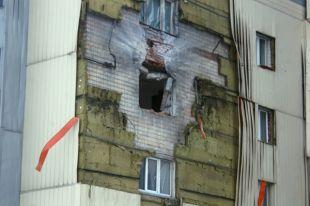 Жилой дом в районе железнодорожного вокзала, поврежденный в результате обстрела украинскими силовиками.