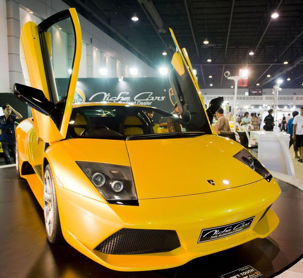 4. Матье Вальбуэна – Lamborghini Murcielago LP640-4 за 32,5 млн. рублей. Строчкой выше расположилось еще одно авто известного итальянского производителя и ее хозяин, полузащитник «Динамо» Матье Вальбуэна. Правда, по российским дорогам француз предпочитает передвигаться в более комфортабельном авто на заднем сиденье и с личным водителем. Но в родном Марселе его всегда ждет любимый итальянский «жеребец» стоимостью в 32,5 миллиона рублей.