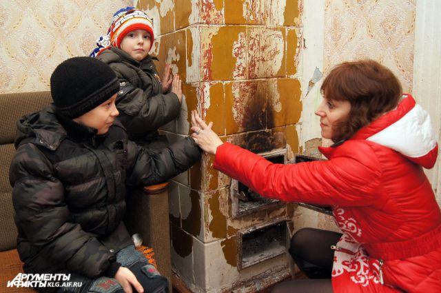 Татьяна Оропай ютится вместе с детьми в старом доме с текущей крышей.