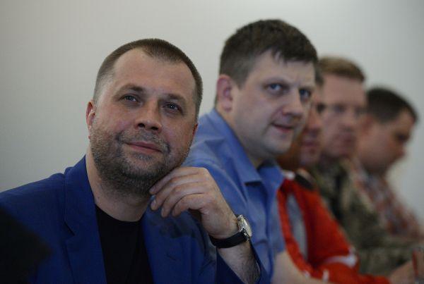 Алексей Карякин – председатель Республиканского собрания ЛНР, представляет ЛНР в Совете Новороссии. В 2014 году Службой безопасности Украины был объявлен в розыск по подозрению в государственной измене.