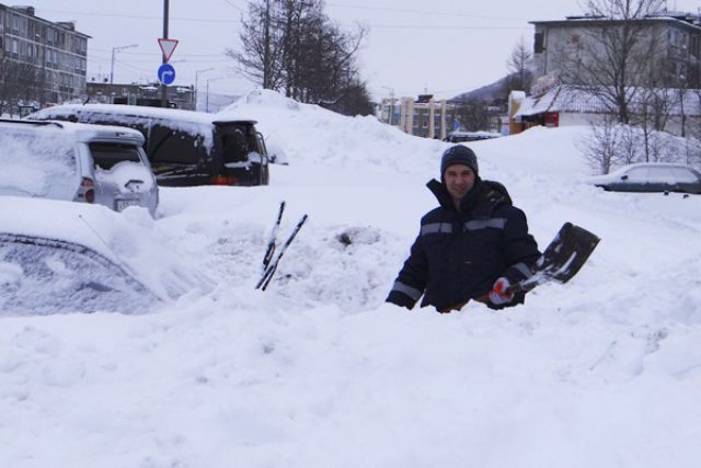 Откапывая машину, нужно еще и думать, куда кинуть снег...