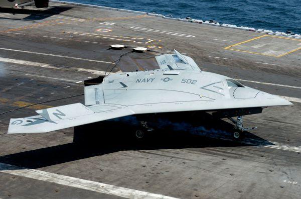 Реактивный беспилотник X-47, производства компании Northrop Grumman. Аппарат представляет собой автономную систему, которая может самостоятельно выполнять боевые задачи. Одной из особенностей беспилотника – является то, что он, по сути, малоразмерная версия бомбардировщика B-2 и X-47, малозаметен для радаров и оснащён системой автономной дозаправки в воздухе.