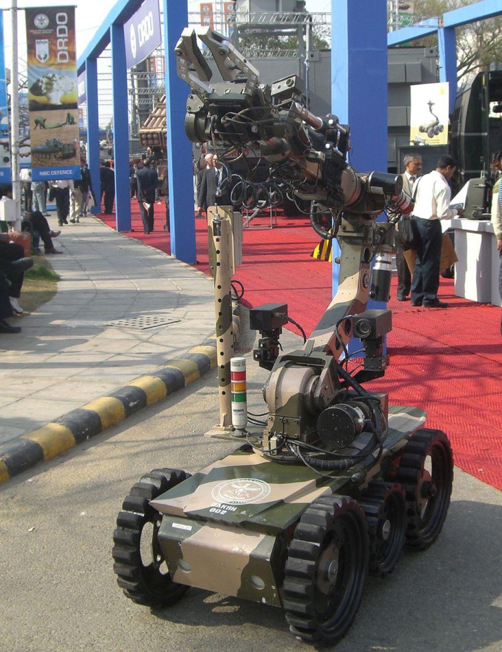 Индийские инженеры приступили к разработке вооруженной версии робота «Daksh». Первоначально эта машина была предназначена для обезвреживания различных взрывных устройств. Новый робот, получивший название «GMR» (Gun Mounted Robot), обзаведётся ленточным пулеметом калибра 7,62 и гранатометом калибра 30 миллиметров. Кроме того, дистанционно управляемый боевой дроид будет оснащён системой ночного видения, термосканером и видекамерой, что позволит ему функционировать в любое время суток.