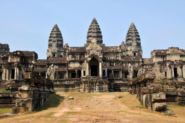 По другой версии: кхмерская цивилизация была смыта гигантской волной, прокатившейся вверх по долине Меконга. Следы этой волны обнаруживаются повсеместно, в частности на цоколях разрушенных зданий Ангхора.