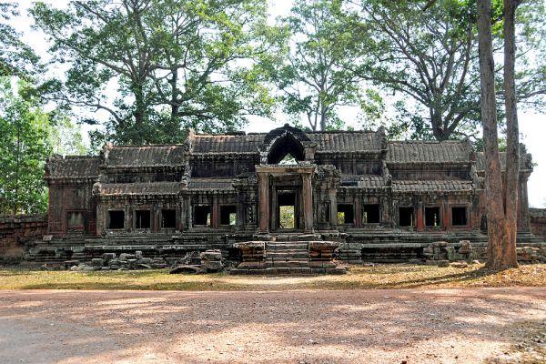 О существовании заброшенного города знали и сами Кхмеры и Европейцы. Но почему ушли строители, ушли жители, ушли служители храмов и даже завоеватели, остается еще одной загадкой. Существуют разнообразные мнения: традиционные послевоенные эпидемии, а может, жители посчитали город обесчещенным, кто знает?