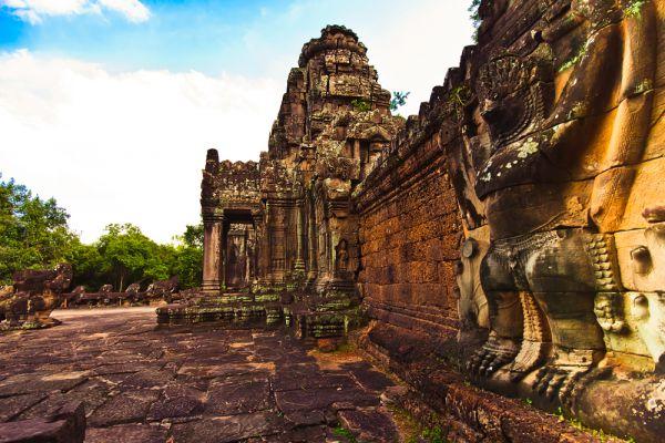 Раньше считалось, что каменные блоки свозили в соседнее озеро, а оттуда переправляли по каналу в сам Ангкор-Ват. Чтобы проверить эту гипотезу, ученые изучили снимки местности, сделанные со спутника. На них удалось различить следы многочисленных древних каналов, которые вели прямо от каменоломен к храмовому комплексу.