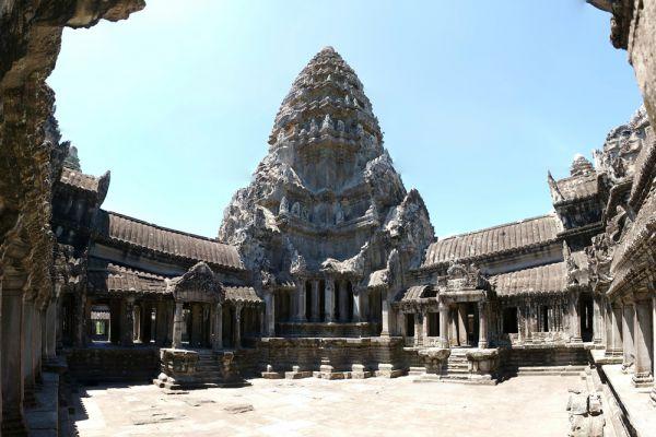 По подсчетам ученых, этот путь был более чем в два раза короче, чем дорога через озеро. Стоит отметить, что Ангкор-Ват был построен в рекордно короткие сроки (для своих колоссальных размеров) - на строительство ушло всего несколько десятилетий.