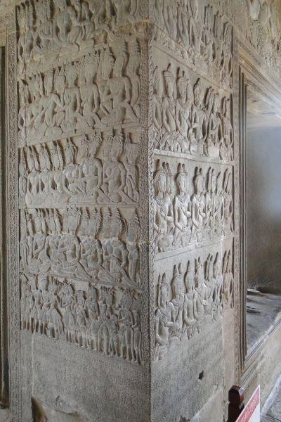 Ни одна из фигур на барельефах Ангкор-Ват не похожа на другую. У них разное выражение лиц, разные позы, украшения, один пояс не похож на другой, отличаются браслеты на плечах. Отличаются даже головные уборы.