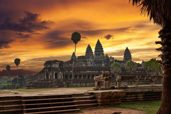 Ангкор-Ват представляет собой выразительнейший пример архитектуры Кхмерской империи, первые храмы которой были возведены в VI веке. Этот гигантский храмовый комплекс был построен правителем Сурьяварманом II (годы правления: 1113—1150).