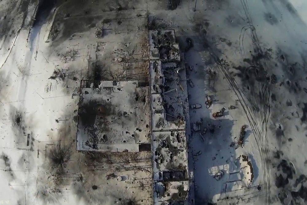 Стоит отметить, что бойцы ополченцев из подразделения «Спарта» после взятия главного терминала донецкого аэропорта немедленно приступили к разминированию здания: покидая аэропорт, украинские силовики установили растяжки с бомбами.