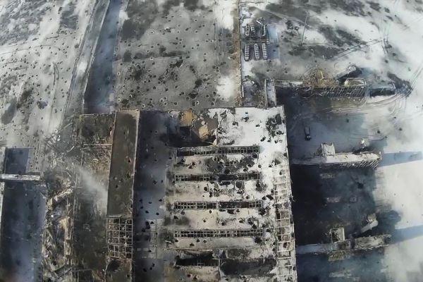 Вся территория воздушной гавани усеяна воронками от разрывов снарядов.