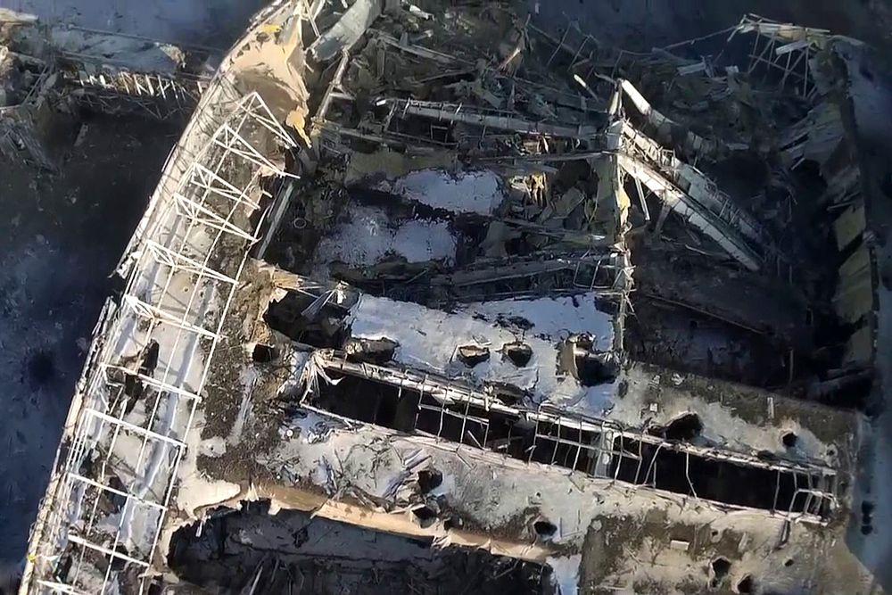 В минобороны самопровозглашенной Донецкой народной республики (ДНР), сообщая о взятии аэропорта, заявили, что спасли из-под завалов 17 украинских военных, передает.