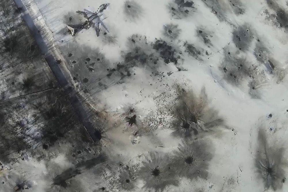 По всей видимости, территорию аэропорта ни раз накрывали удары «Градов».
